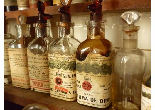 Vidros com rótulos que remetem a coca, cannabis e ópio, em uma farmácia antiga (Foto: Cristina Romanelli)